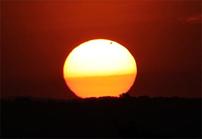Planet Venus vor der Sonne bei Sonnenaufgang (Venustransit)